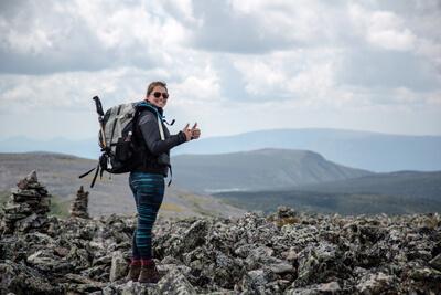 Joyeux randonneur au sommet du mont Jacques-Cartier dans le parc national de la Gaspésie