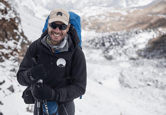 Emmanuel Daigle souriant à la caméra pendant une randonnée dans l'Himalaya.