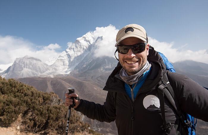 Emmanuel Daigle, guide de randonnée en haute altitude et ambassadeurs LOWA souriant à la caméra lors d'une expédition dans l'Himalaya.