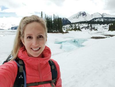 Autoportrait de Kristine Krynitzki, créatrice de Hikes Near vancouver, ambassadrice de LOWA Canada