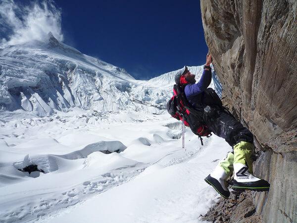 Emmanuel Daigle de l'Académie Haute Montagne escaladant une formation rocheuse avec ses bottes alpines LOWA