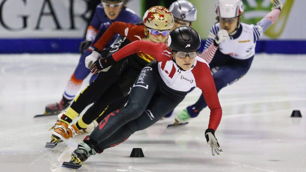 Kasandra Bradette en première place lors d'une compétition de patinage de vitesse sur courte piste