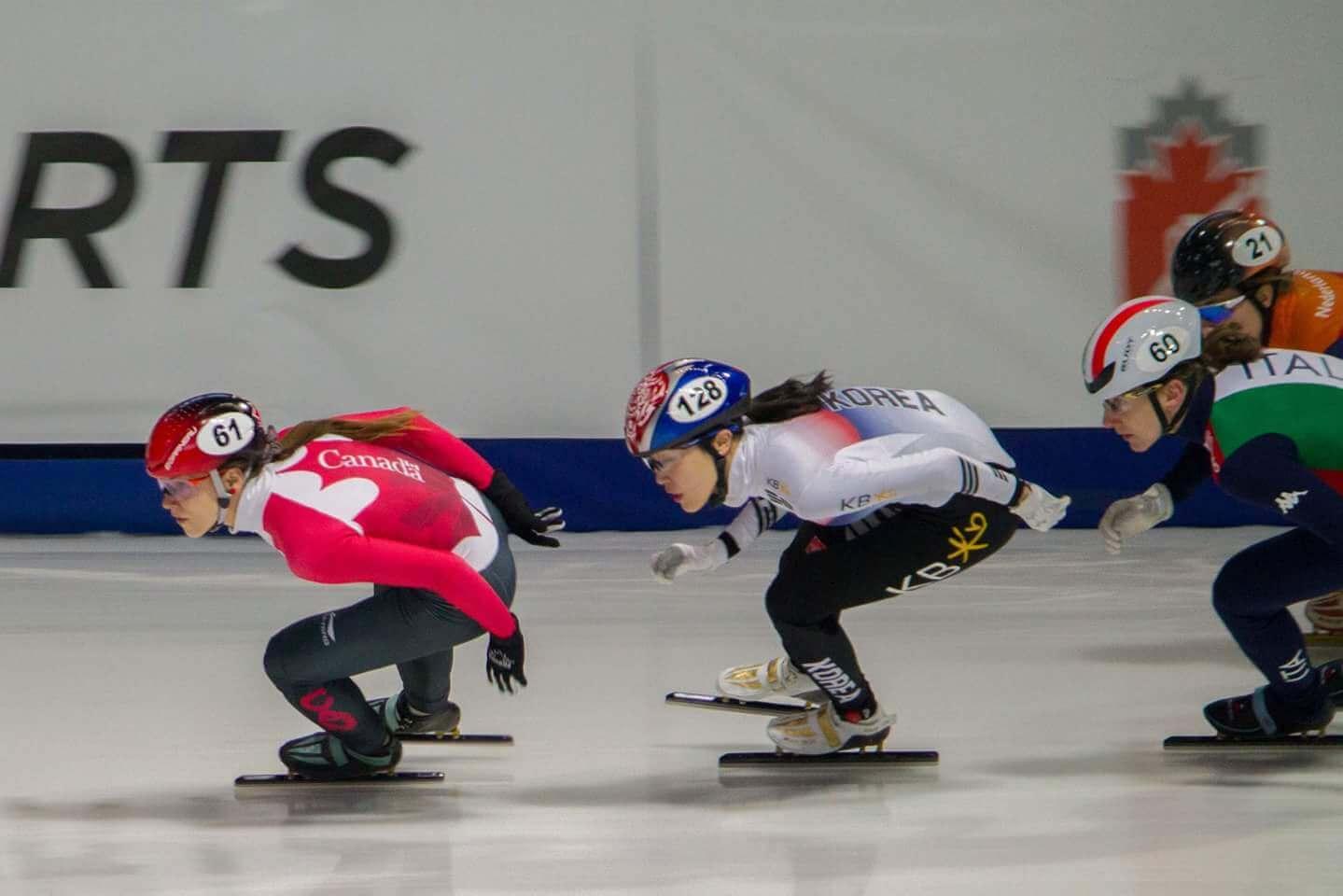 Kasandra Bradette en pleine course lors d'une compétition de patinage de vitesse