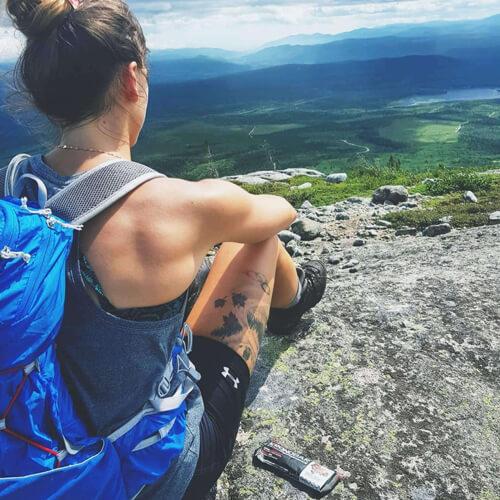 L'olympienne Kasandra Bradette portant ses bottes LOWA lors d'une randonnée.